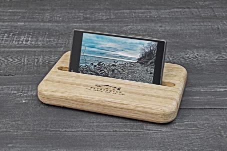 Handyhalter Halter Handy Mobiltelefon Schreibtisch Organisation Holz Eiche Gravur Meerforelle Fliegenfischen Flyfishing Geschenk Geschenkidee Ostsee nordic design