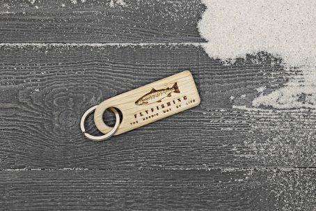 Schlüsselanhänger Schlüsselband Holz Eiche Gravur Schlüssel Anhänger Schlüsselring keychains Meerforelle Fliegenfischen Flyfishing Geschenk Geschenkidee Ostsee nordic design