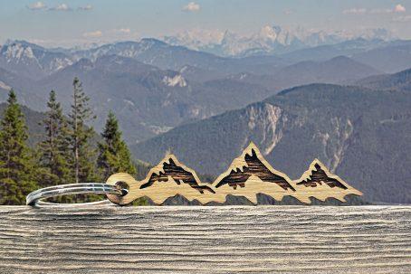 schlüsselanhänger berge berg geschenk geschenkidee alpen österreich-klettern kletterer accessoires gadget gimmick keychain mountain bergsteiger gipfelstürmer alpen style holz eiche