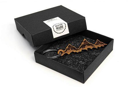 schlüsselanhänger berge berg geschenk geschenkidee alpen österreich-klettern kletterer accessoires gadget gimmick keychain mountain bergsteiger gipfelstürmer alpen style holz nussbaum geschenkbox