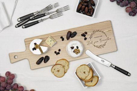langes schneidebrett mit griff aus holz servierbrett mit gravur für gourmets und geniesser design küchen-accessoire deko für die küche
