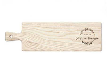 langes schneidebrett mit griff aus holz schneidbrett mit gravur massiv holz zeit zum geniessen oliven-kranz deko dekoration küche küchenhelfer aus holz küchen-accessoire