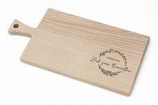Premium Schneidebrett aus Holz mit Griff – schönes Deko Küchenbrett mit Gravur – Servierbrett 20×40 cm für Genießer